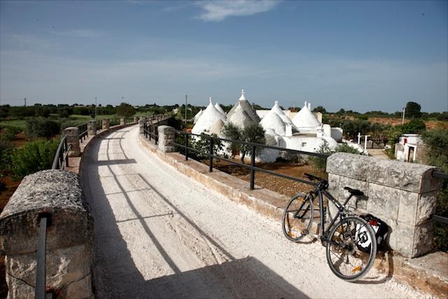 Tratturo in Valle d'Itria. Acquedotto Pugliese.