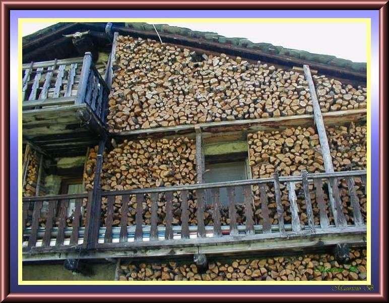 Facciata di casa di montagna valle d 39 aosta for Casa di artigiani di montagna