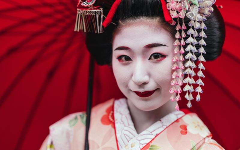 https://digilander.libero.it/TheArtIsJapan/blog-world-of-willow-flowers-geishas-in-kyoto-portrait-of-a-maiko-geisha-in-gion-kyoto.jpg