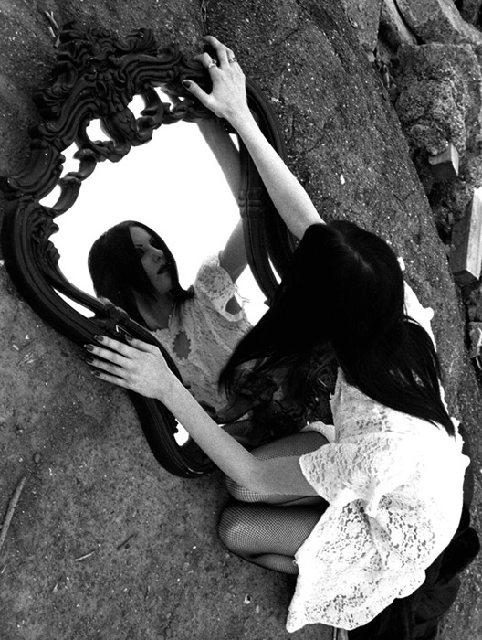 Specchi rotti su anima - Specchio rotto sfortuna ...