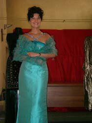 Come indossare una stola su abito elegante