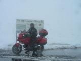 ...ma il tempo è veramente troppo inclemente: al SustenPass la neve attacca!!!