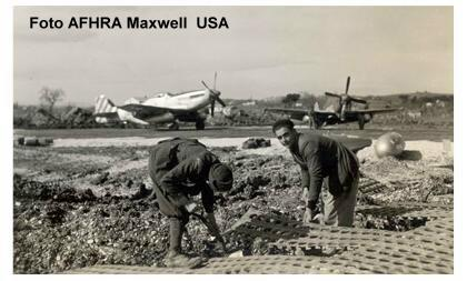 Marzo 1945, aeroporto di Mondolfo, operai civili posano alcune lastre d'acciaio per completare una delle piste. Foto AFHRA Maxwell USA