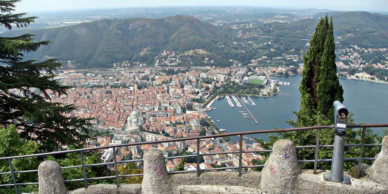 Il belvedere di Brunate con panorama su Como.
