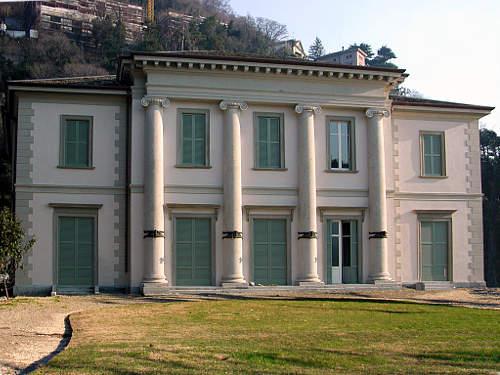 Villa geno como passeggiata a lago for Case neoclassiche