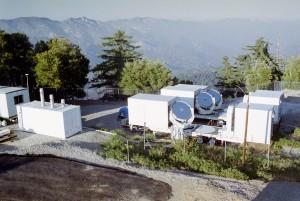 L'Infrared Spatial Interferometer (ISI) è costituito da tre telescopi da 1,65 metri di diametro, la cui distanza può variare da un minimo di 4 a un massimo di 70 metri. Credit: David Hale 2006