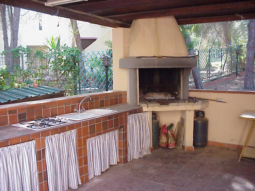 Sardegna santa margherita di pula - Cucina esterna in muratura con barbecue ...