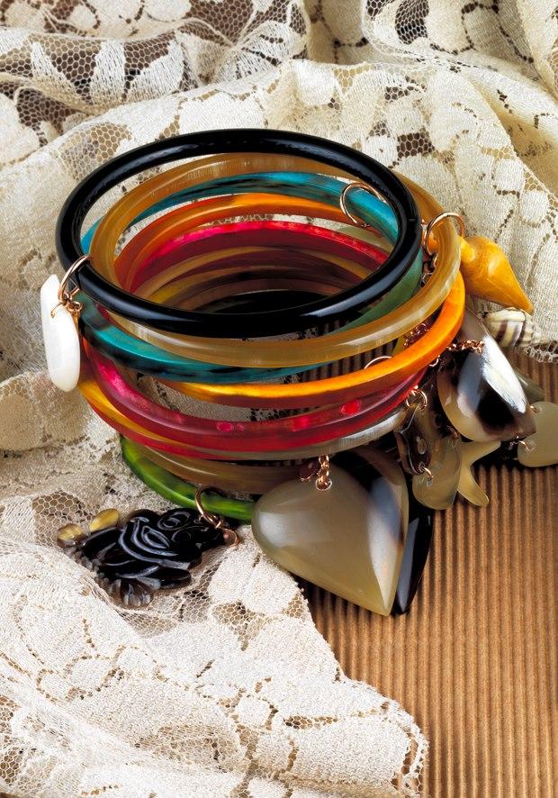 http://digilander.libero.it/gufogiulio/Amle%27/braccialetto%20rigidi%20con%20charms.jpg