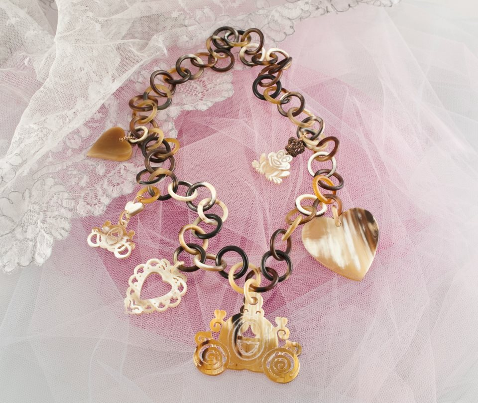 http://digilander.libero.it/gufogiulio/Amle%27/collana%20charms.jpg