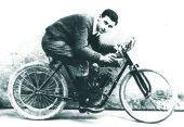 Giuseppe Zoli, campione romagnolo gentleman nel 1914. La moto è una SIAMT 750 bicilindrica (foto gentilmente concessa dall'amico Luigi Rivola)