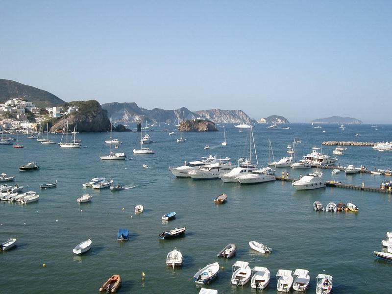 Veduta del porto e dell'isola di Ponza