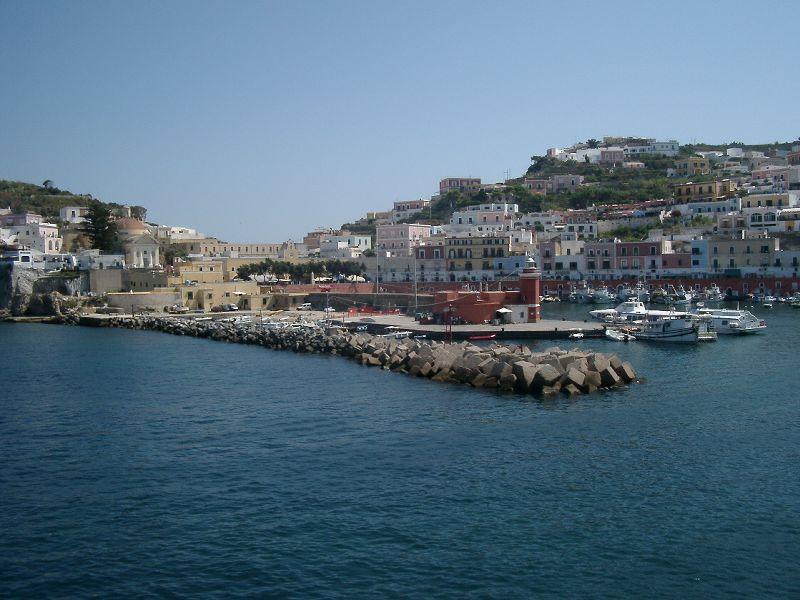 Porto di Ponza visto dal mare