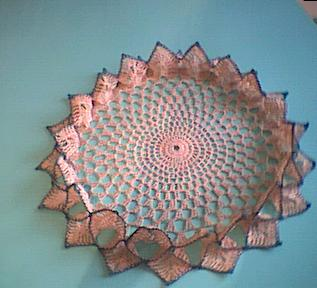 ... tavola interamente eseguito alluncinetto con bordo a conchiglia
