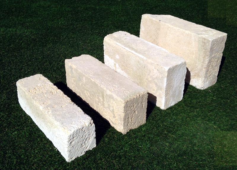 Mattoni di tufo chiaro per ornamento aiuola arredo for Ciottoli bianchi giardino prezzo