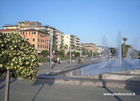 Foto di Chiavari (GE) fontana passeggiata mare