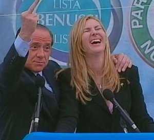 Silvio Berlusconi con il dito medio alzato foto