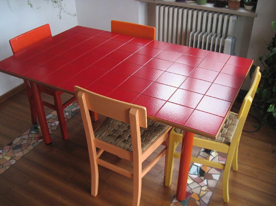Tavolo con piano piastrellato