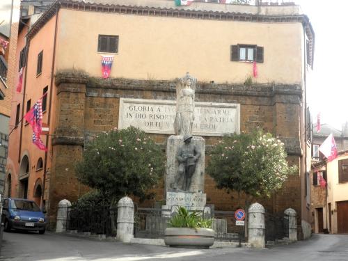 Monumento ai Caduti: si entra nel Borgo