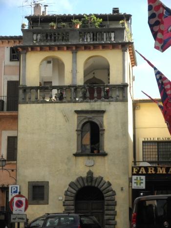 palazzo che s'affaccia sulla piazza