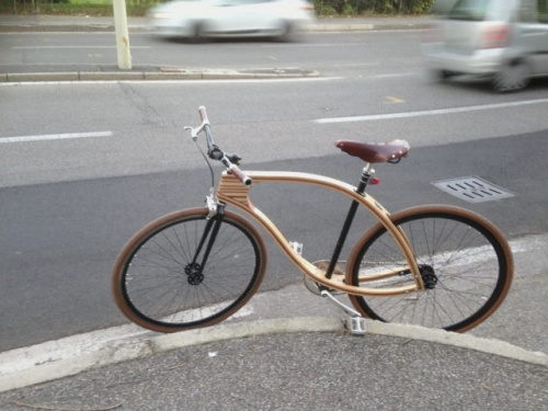 bicicletta col telaio in legno