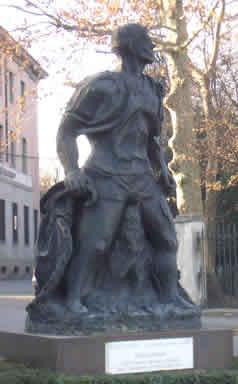 Opera di Aligi Sassu in piazza Umberto a Besana Brianza del 1998 'Il grande ciclista'. L'opera è stata rimossa.