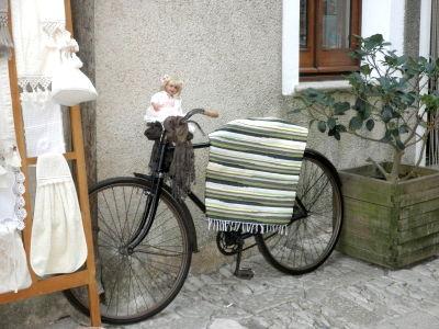 Erice (TP): bici porta bambole