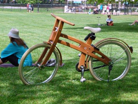 NYC (Central Park): bicicletta col telaio in legno