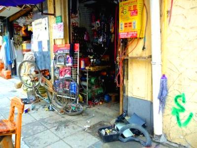 Pechino (Cina): officina di riparazione bici.