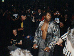 Booker arriva dal backstage pretendendo un match