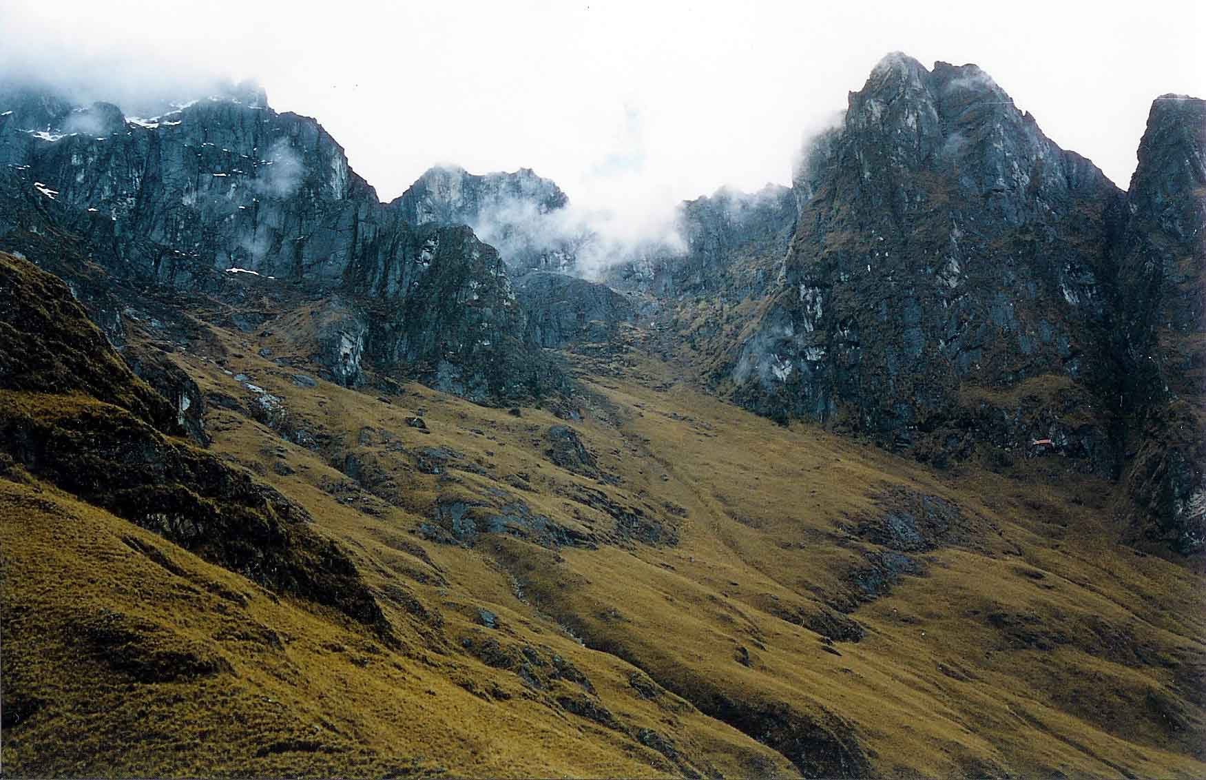 ... corrieri Inka che fino a qualche centinaio di anni fa percorrevano gli  stessi sentieri. Ora le stesse strade sono percorse per pochi spiccioli f4c7fd04f4f8